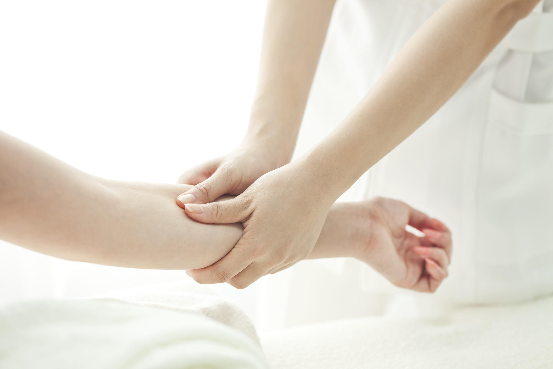 Massage der Hände beim Hot Stone Massagesessel