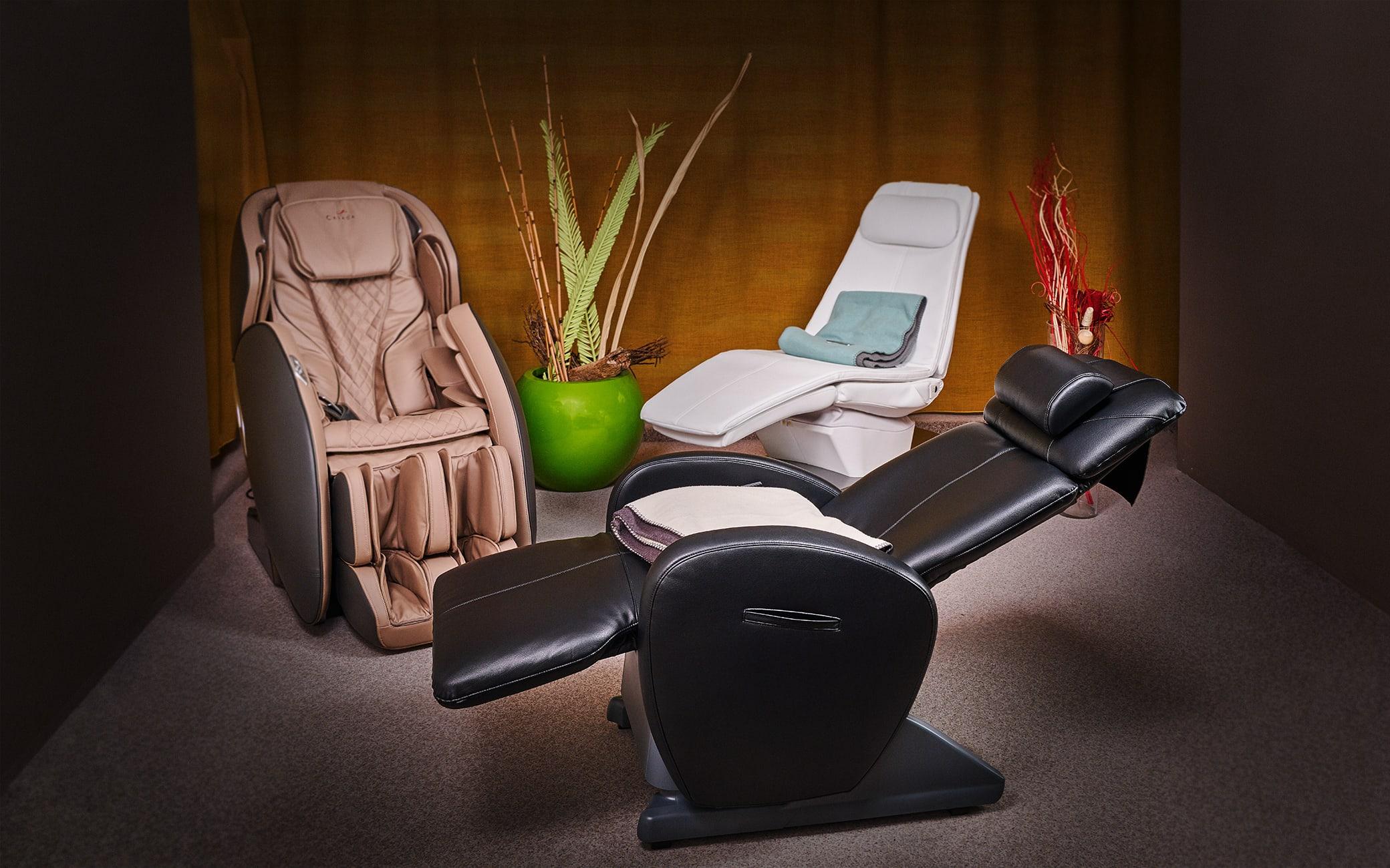 Casada Massagesessel, Panasonic & Alpha Techno Schwingliege im Schauraum von massagesessel.at
